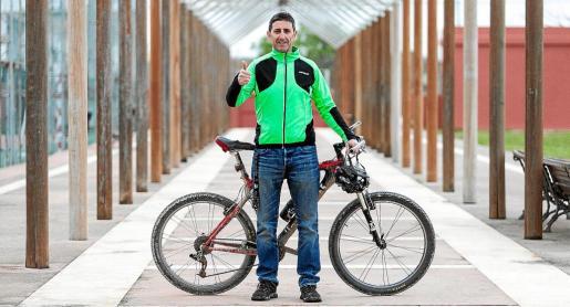 Toni Tur posa en Ibiza junto a la bicicleta que lo acompañará en el desafío.