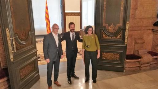 El presidente del Parlament, Roger Torrent con Raül Romeva (i) y Marta Rovira (d)