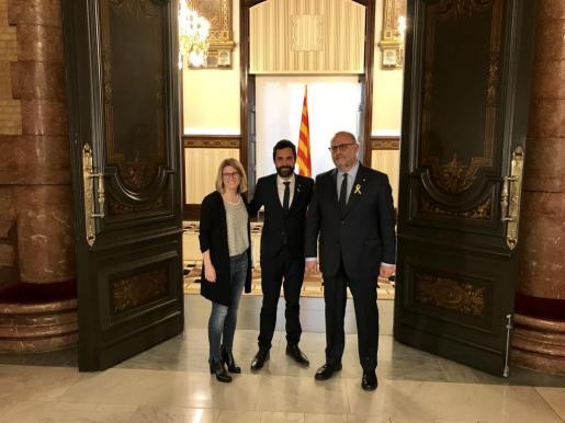 El presidente del Parlament, Roger Torrent entre los portavoces y diputados de JxCat en el Parlament Elsa Artadi y Eduard Pujol.