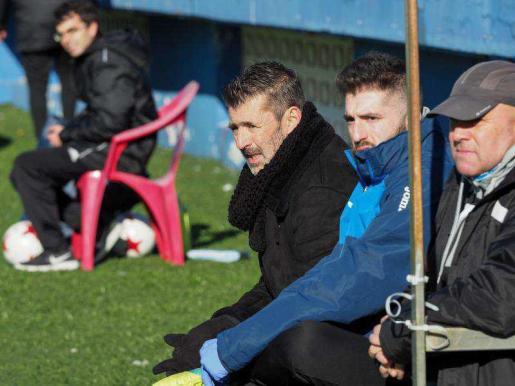 Vicente Román, en el centro de la imagen, durante el partido del mes pasado entre la UD Ibiza y el San Rafael en el estadio de Can Misses.