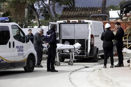 Imagen del momento en el que el retén fúnebre realizaba el alzamiento del cadáver del hombre de 47 años que murió tras ser embestido por el camión cargado de arena.