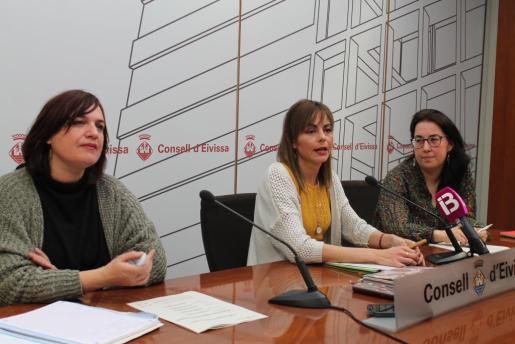 De izquierda a derecha, Judith Romero, la consellera de Salut Lydia Jurado y Antònia Ferrer