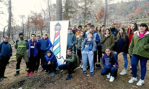 Arriba, los alumnos del IES Sant Agustí.