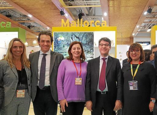Maria Frontera (FEHM), el conseller Marc Pons, Francina Armengol y el ministro Nadal, en el stand de Balears.