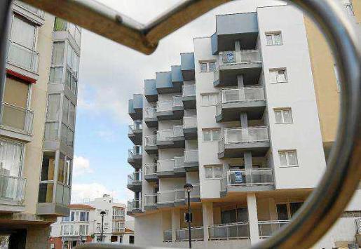 El Govern reconoce que la situación es complicada en estos momentos, pero asegura que está trabajando para mejorarla: hay ayudas específicas para el alquiler de vivienda privada y este año pone en marcha la construcción de 511 pisos en las Islas.