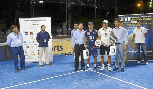 Sebastián Nerone y Dani Gutiérrez reciben el premio de manos de Fernando Gilet y Miguel Vaquer.