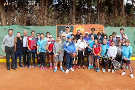 Foto de familia de todos los participantes del clinic con Nuria Llagostera y las autoridades responsables del evento.