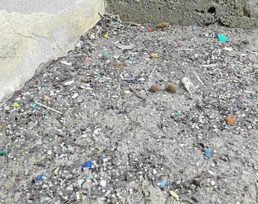 Imagen facilitada por el grupo ecologista GEN-GOB de los plásticos que encontraron en las escaleras de Cala Boix.