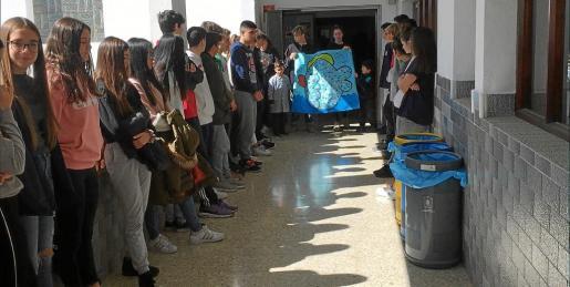 Imagen del minuto de silencio que guardaron ayer los escolares en este centro educativo.