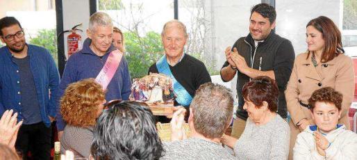 Un momento del homenaje que le realizaron sus compañero de la colla el pasado domingo en Puig d'en Valls.
