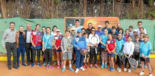 Una imagen de los integrantes de la Escuela de Competición de Ibiza y Formentera, durante el 'clinic' llevado a cabo por Nuria Llagostera el fin de semana en el Club Tennis Ibiza.