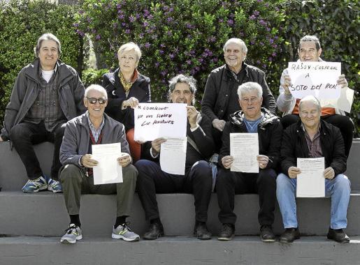 Socios de Basta Ya reunidos en el Parque de la Paz y Fran Alarcos llamando a partipar a los pensionistas.
