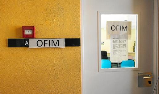 Un cartel colgado en la puerta anunciando el cierre temporal de este recurso .