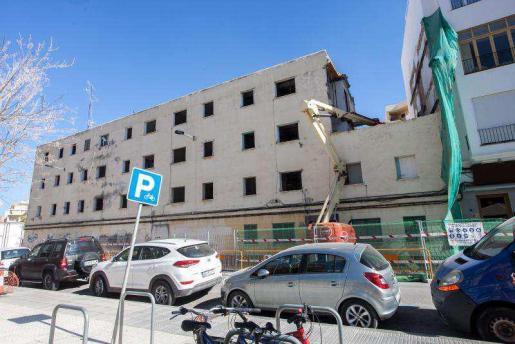 Una grúa derriba el antiguo edificio de Santa Margarita.