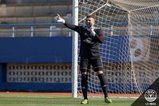 El guardameta Manolo da indicaciones a sus compañeros durante un partido.