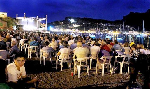 La playa se llenó de espectadores. La organización cifra en miles los asistentes.