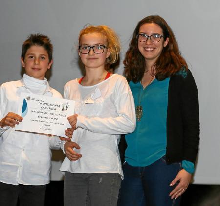 Dos de los alumnos de 6ºB del CEIP L'Urgell con el primer premio en Can Jeroni.
