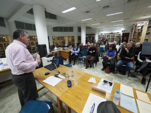 Un momento de la conferencia que impartió el historiador, profesor y director de la Enciclopèdia d'Eivissa i Formentera, Felip Cirer, sobre Fajarnés Cardona.