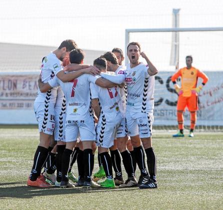 Los jugadores de la Peña Deportiva celebran uno de los goles marcados contra el Mallorca.