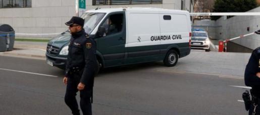 Un furgón policial traslada a Ana Julia Quezada, la autora confesa de la muerte del niño Gabriel Cruz, a la prisión de el Acebuche después de que el titular del juzgado de Instrucción número 5 de Almería, Rafael Soriano, decretara el ingreso en prisión comunicada y sin fianza.