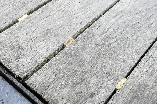 Detalle de las cuñas de madera colocadas para evitar el 'baile' de los tablones de la pasarela.