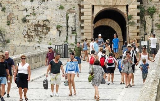 Imagen de archivo de turistas en Dalt Vila.