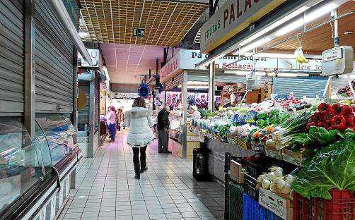 Sobres estas líneas, algunos puestos del mercado todavía permanecen cerrados porque están preparando la nueva temporada.