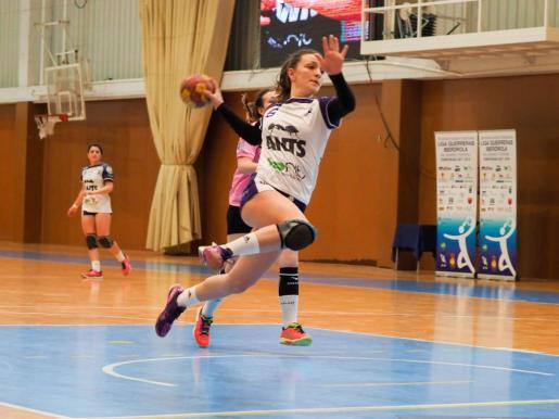 Flor Dumitrescu se eleva para ejecutar un lanzamiento.