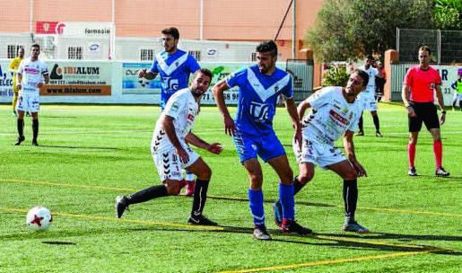 Una acción del partido de la presente temporada entre la Peña Deportiva y el Badalona.