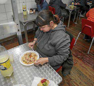 Mucha gente sin recursos acude a comedores sociales.