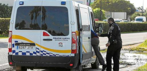 La Policía Local de Ibiza denuncia a cuatro conductores por circular bajo los efectos de las drogas.