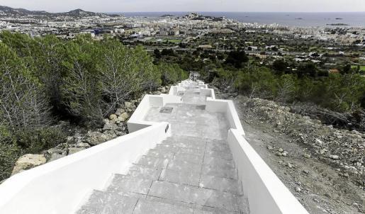 Una escalera de largas dimensiones atraviesa la montaña en el barrio de Cas Mut con el objetivo, según dicen los obreros, de enlazar los miradores de la zona.