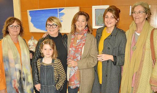 Cata Gelabert, Antònia Borràs con la pequeña Francesca, Pilar González, Floriane Marín Scala y Mati Fluxà.