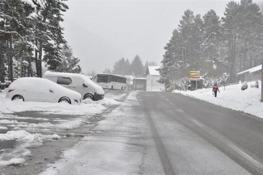La nieve dificulta el tráfico en 150 vías, con el paso de camiones restringido en la A1, AP6, AP51 y AP61.