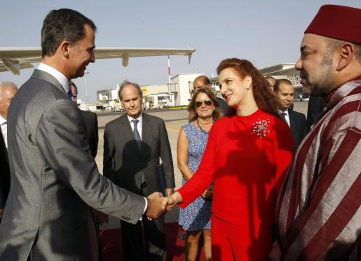 El Rey Felipe VI se despide del Rey Mohamed VI y su esposa, la princesa Lala Salma, en uno de sus últimos encuentros oficiales.