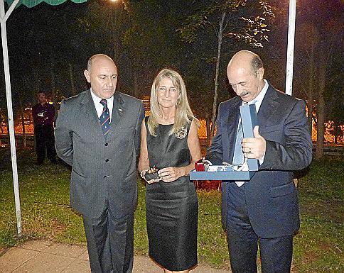 El jefe del Estado Mayor de Baleares, José Luis Codina, le entregó el obsequio de la Comandancia.