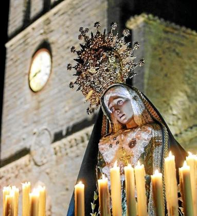 Imagen de Nuestra Señora de la Esperanza de la cofradía del Santo Cristo de la Agonía a su salida de la Catedral un Viernes Santo.