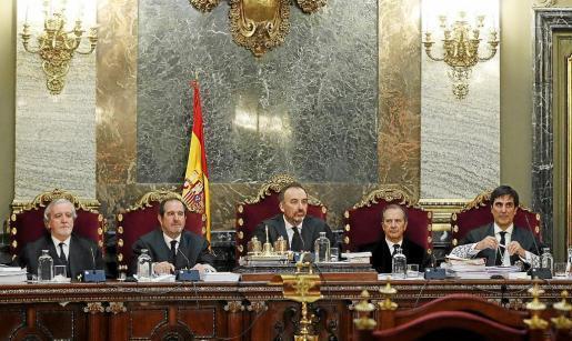Los cinco magistrados del Supremo que forman la sala tendrán que fijar la fecha de la deliberación y fallo. De derecha a izquierda: Juan Ramón Berdugo, Andrés Martínez, Manuel Marchena, Miguel Colmenero y Antonio del Moral, que es el ponente de la sentencia.