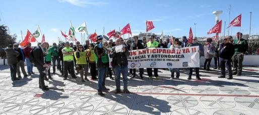 Los agentes se concentraron y desplegaron una pancarta reivindicativa frente al edificio de la Casa del Mar, sede de la subdelegación del Gobierno en Ibiza.