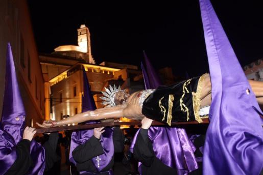 La imagen del Santísimo Cristo del Cementerio a su salida de la iglesia de Santo Domingo de Dalt Vila para comenzar la procesión por las calles de Dalt Vila.