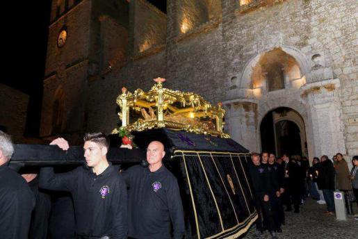 Imagen de la salida de la procesión de la Cofradía del Santo Cristo Yacente por Dalt Vila, tras la misa en la Catedral.