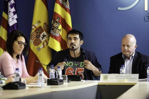 JUEVES: Pablo Valdés, escoltado por Aída Alcaraz y Pep 'Cires', durante el pleno celebrado el miércoles.