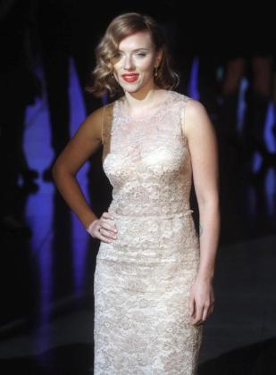 La actriz estadounidense Scarlett Johansson asiste al desfile de la colección primavera/verano 2012 de Dolce & Gabbana en la Semana de la Moda de Milán.