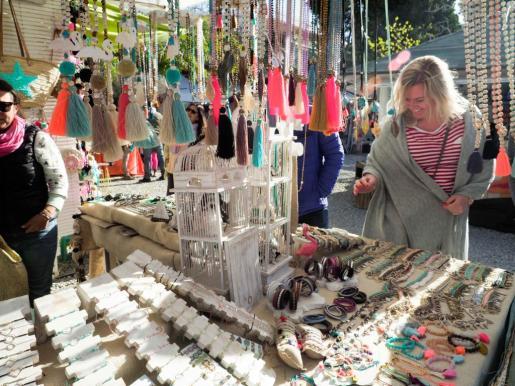 La colorida estampa del mercadillo de Las Dalias, un imprescindible en la agenda de turistas y habituales durante la Pascua.