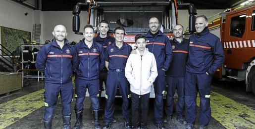 Imagen del joven Álex, flanquedado por el cabo José Antonio y Juanjo, junto a Juan Carlos, Félix, Josemi, Juanma y Elías, el pasado lunes.