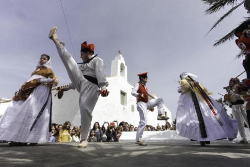 El Grup Folklòric Sant Jordi de ses Salines participó en la procesión y posteriormente hubo 'ball pagès'.