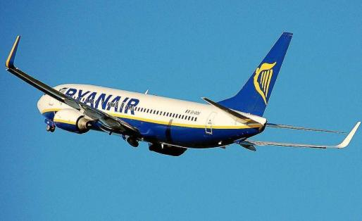 Imagen de archivo de un avión de Ryanair sobrevolando Ibiza.