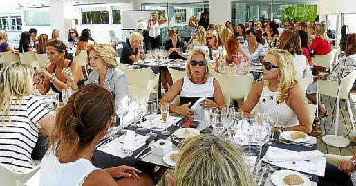 """Bellas e inteligentes mujeres, socias del Club SPM, se reunieron para almorzar ataviadas con """"look"""" marinero."""