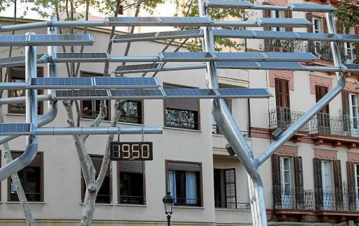 El controvertido reloj solar situado en el paseo de Vara de Rey vuelve a marcar la hora correcta.