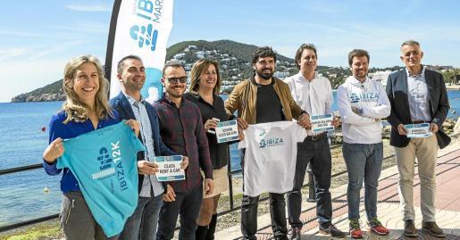 Las autoridades posan en el paseo martímo de Santa Eulària durante el acto de presentación del Ibiza Marathon.